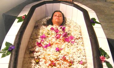 Muthumuni River Resort Flower Bath